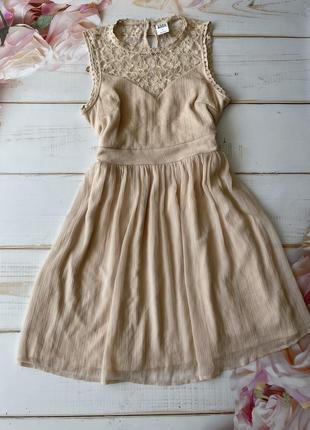 Пудровое воздушное платье с гипюровым верхом