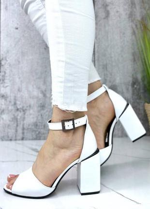 Шикарные женские кожаные белые босоножки на квадратном каблуке 🍓босоніжки
