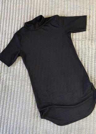 Чёрное базовое платье в рубчик с горловиной, короткий рукав