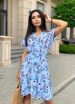 Женское платье с цветочным принтом на запах