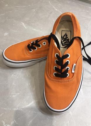 Яркие оранжевые кеды vans