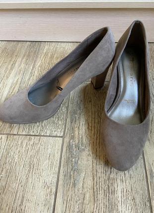Шикарные замшевые туфли на среднем каблуке коричневые бежевые