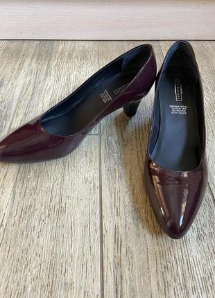 Шикарные лаковые бордовые туфли на не высоком каблуке вишневые