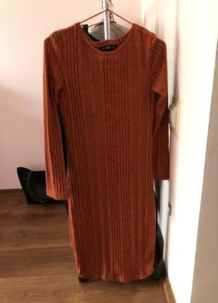 Стильное теплое платье в рубчик оранжевое
