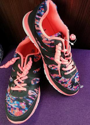 Яркие кроссовки, очень лёгкие. стильная расцветка.