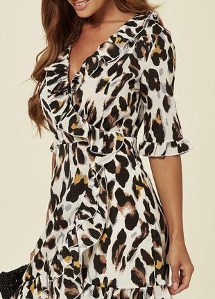Сатиновое платье в леопардовый принт на запах с рюшами 3/4 рукав