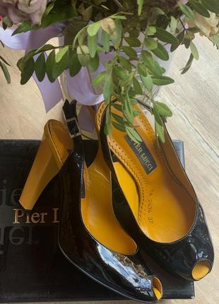 Кожаные босоножки желтый каблук