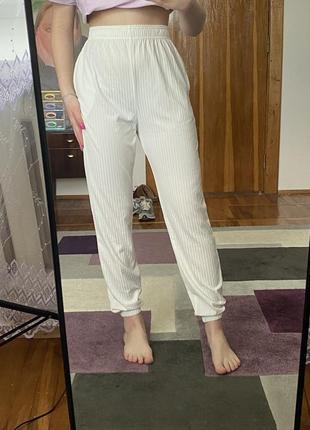 Біленькі штани prettylittlething