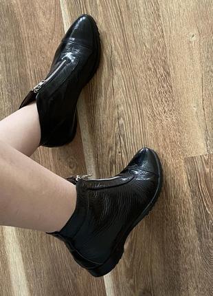 Стильные лаковые кожаные ботинки из испании