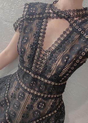 Чёрное платье с золотой фурнитурой