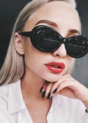 Стильні овальні жіночі чорні сонцезахисні окуляри