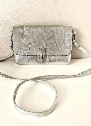 Серебристая  брендовая сумочка cross body