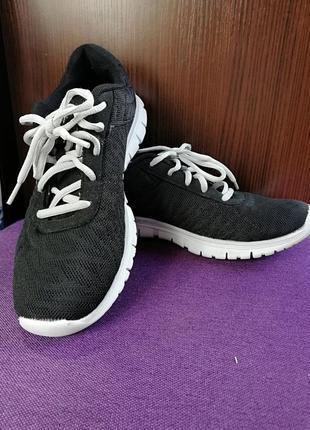Лёгкие кроссовки извесного бренда