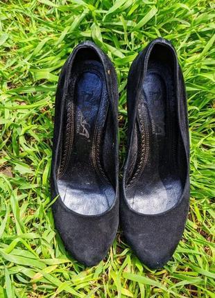 Чёрные туфли на танкетке