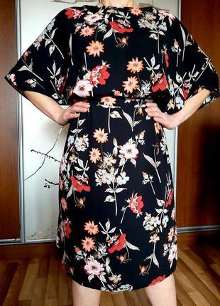 Красивое черное платье миди с принтом из цветов