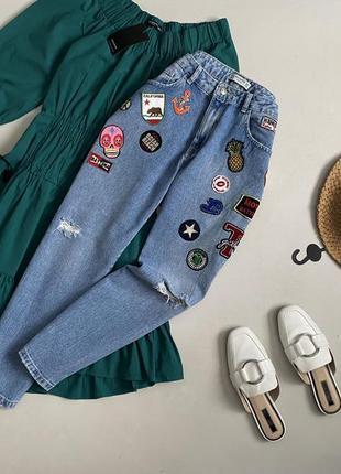 Крутые джинсы мом с патчами pull & bear
