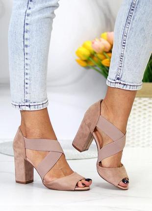 Женские бежевые босоножки на устойчивом каблуке