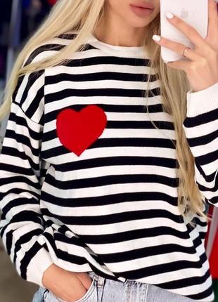 Черно белая кофта с красным сердцем