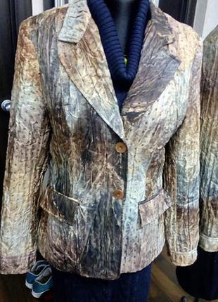 Легкая куртка классического кроя из фасонной ткани