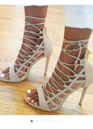Бежевые нюдовые замшевые босоножки на высоком каблуке на шнуровке