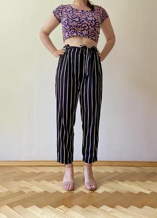 Крутые актуальные укороченные свободные штаны черные в белую полоскус высокой талией