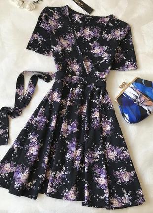 Красивое платье с запахом на груди цветы