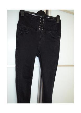Джинсы с молнией сзади и шнуровкой джинси