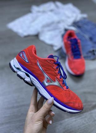 Яркие спортивные кроссовки mizuno