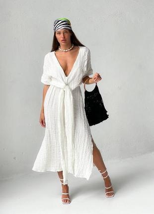 Платье с завязкой и глубоким декольте