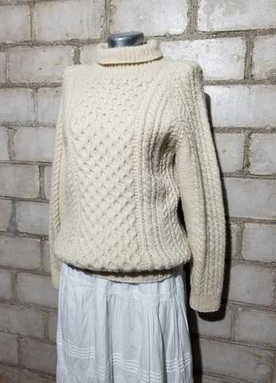 Теплый вязаный свитер ажурной плотной вязки