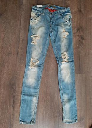 Женские джинсы скини с потертостями