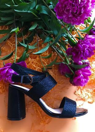 Стильные женские кожаные босоножки на высоком каблуке