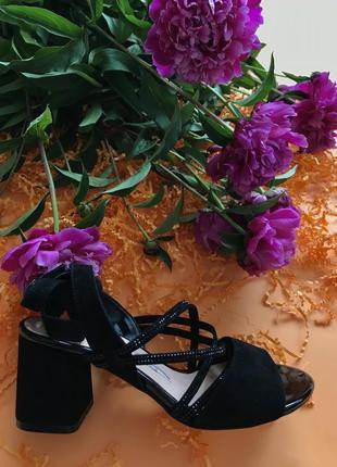 Стильные женские кожаные босоножки на среднем каблуке