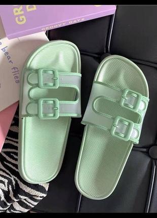 Шльопанці жіночі зеленого кольору/ тренд літа-2021