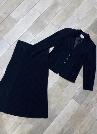 Чёрный классический костюм в полоску с длинной юбкой,миди юбка,приталенный жакет