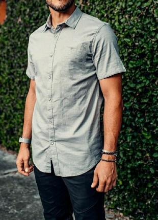 Серая рубашка короткий рукав из очень приятной ткани размер l с нюансом