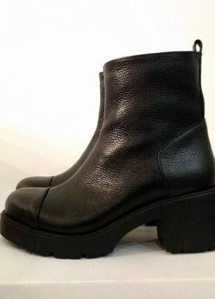 Трендовые ботинки на низком каблуке