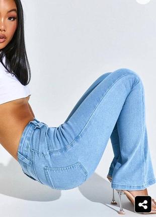 Голубые джинсы клеш на высокой посадке prettylittlething
