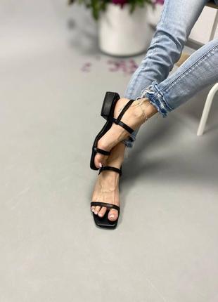 Кожаные черные босоножки на тонких ремешках,каблук 3 см
