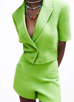 Костюм комплект zara шорты и укороченный блэйзер яркого зеленого цвета