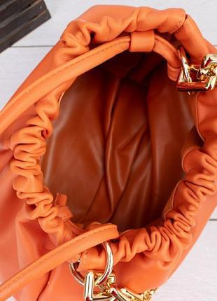 Женская сумка пельмень с массивной цепочкой цвет  оранжевый3 фото