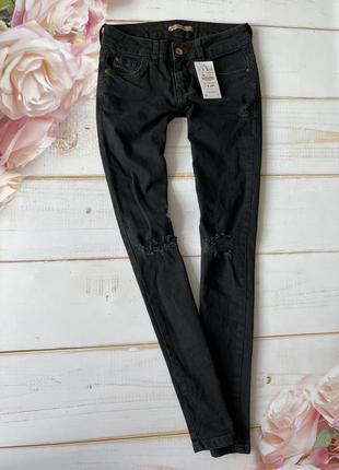 Черные рваные джинсы скини