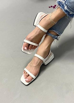 Кожаные  босоножки белого цвета на тонких ремешках,каблук 3 см
