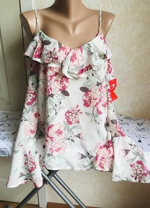 Стильная блуза с рюшами, открытое плечо