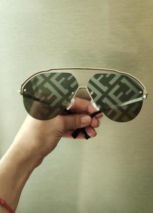 Солнцезащитные очки с логотипными стеклами