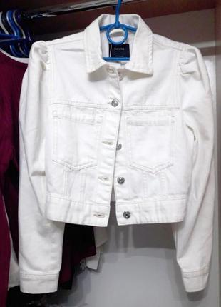 Джинсовая куртка белого цвета