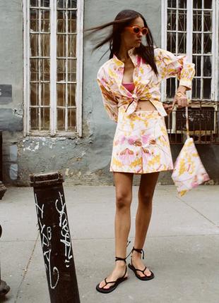 Комплект костюм блуза и шорты zara с разноцветоным принтом легкий