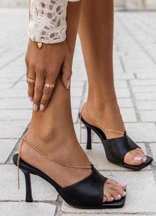 Модные шлепки на каблуке с цепочкой
