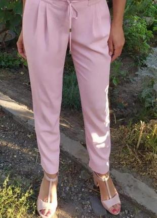 Красивые пудровые брюки