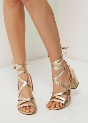 Шикарные золотистые босоножки на шнурках завязках